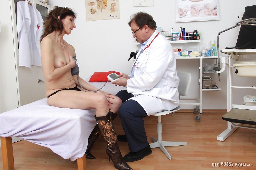 Опытный гинеколог рассмотрел пилотку Andula