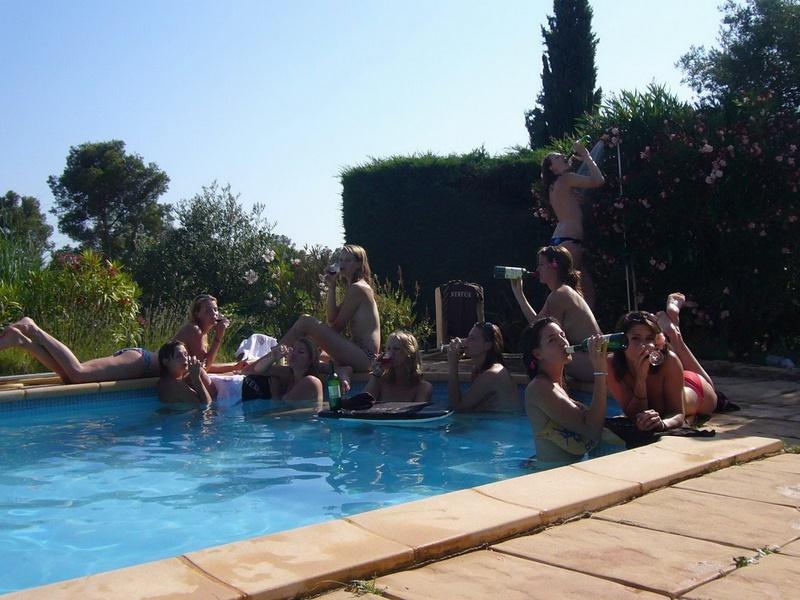 Выпившие подруги купаются нагие в бассейне