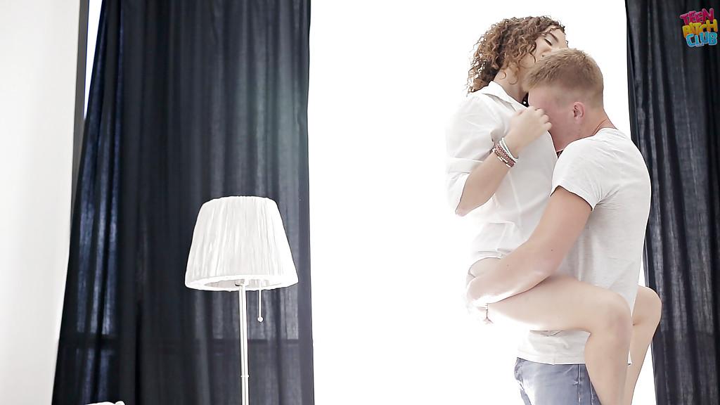 Молодй парень отлизал подружке и страстно оттрахал ее на кровати