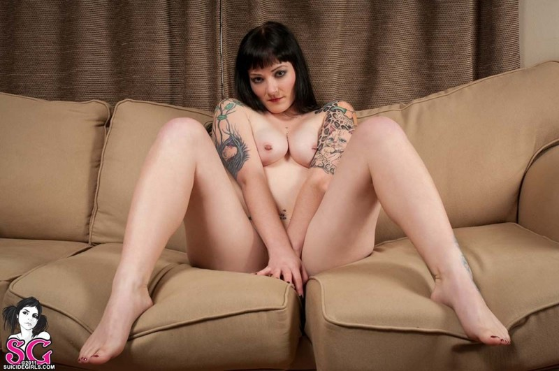 Роскошная брюнетка оголилась на диване