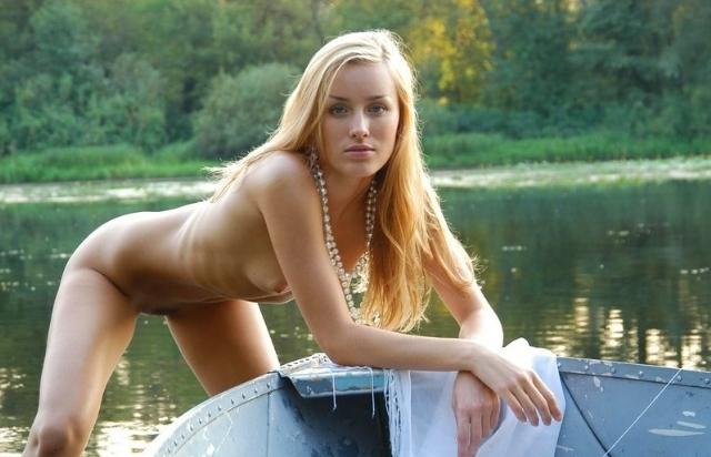 Неотразимая блондинка осталась в лодке нагишом