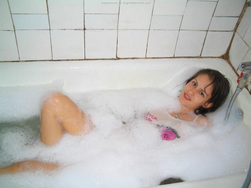 Пышногрудая стройняшка купается в ванной