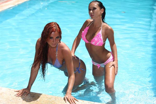 Голые лесби развлекаются у бассейна