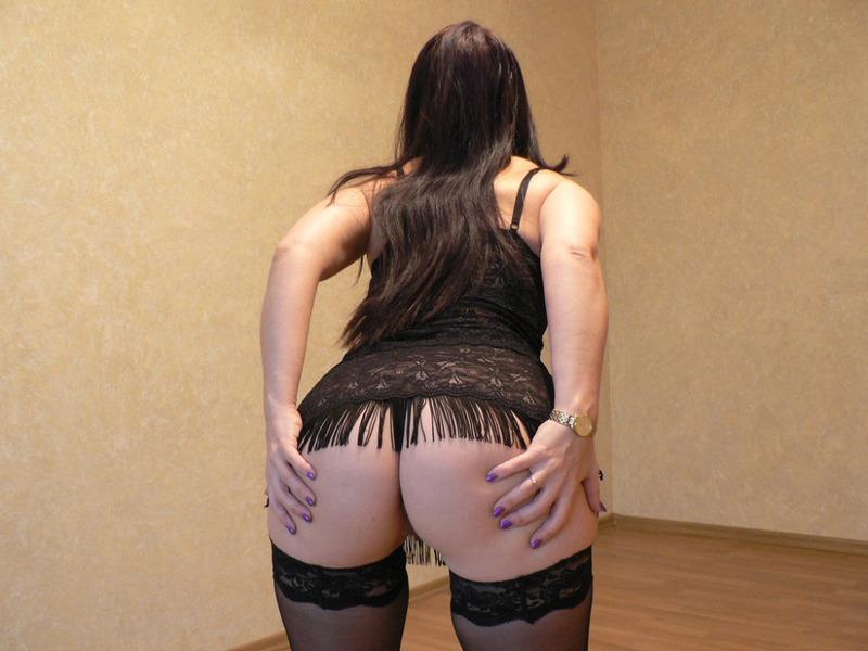 Жопастая мамаша расставляет ноги для любовника