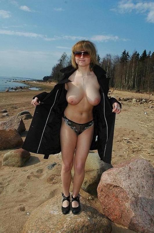 Мадам с большим бюстом зимой и летом гуляет топлес