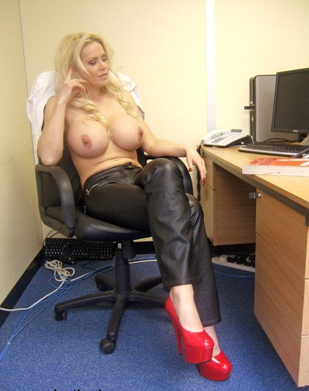 Грудастая секретарша вывалила бидоны на рабочем месте