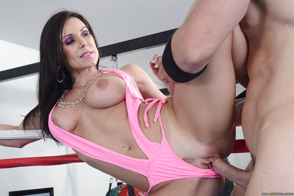 Kendra Lust трахается с Джимом на боксерском ринге