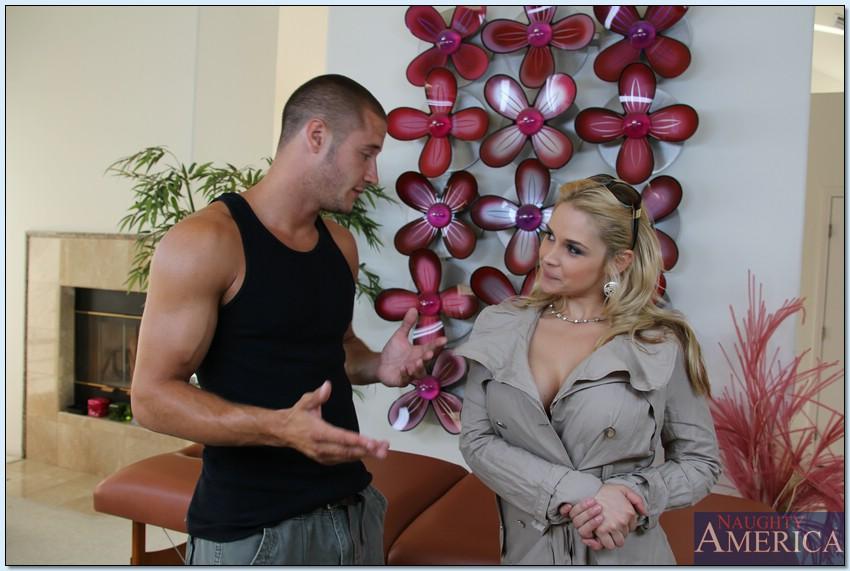 Sarah Vandella попросила массажиста отодрать ее на столе