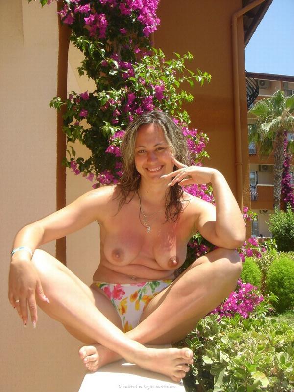 Раздетая красотка развлекается во время отпуска