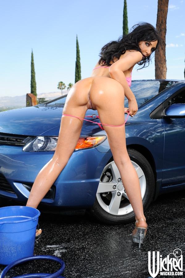 Опытная Diana Prince моет автомобиль и поливает себя водой
