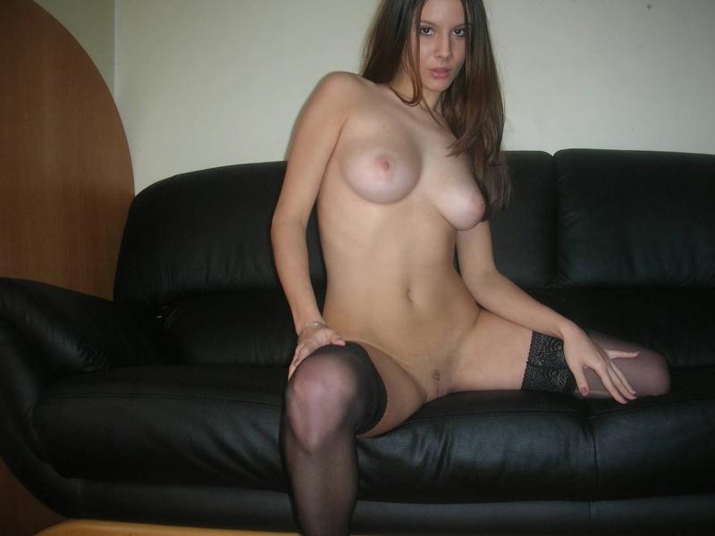 Грудастая сучка в чулках расположилась на диване
