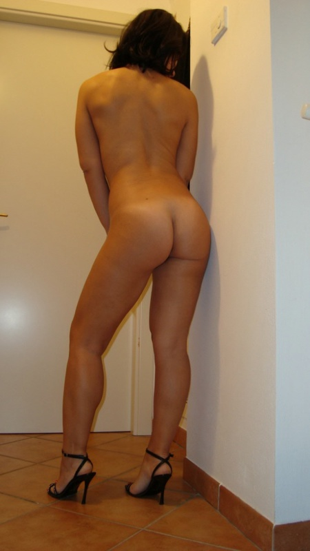 Опытная спортсменка похвасталась упругостью голого тела