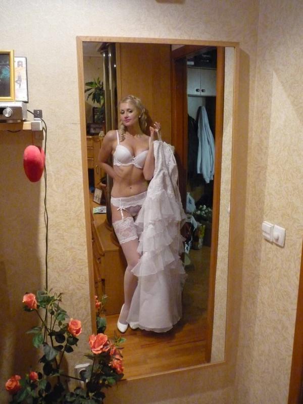 Невеста примеряет белье перед свадьбой
