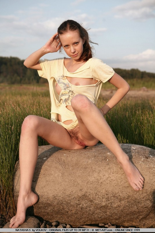 Гимнастка обожает выгибать ноги и проветривать мохнатую вульву