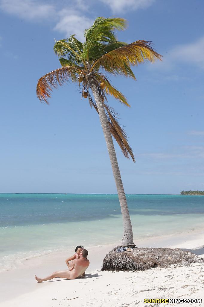 Regina Moon трахается с партнером на берегу необитаемого острова