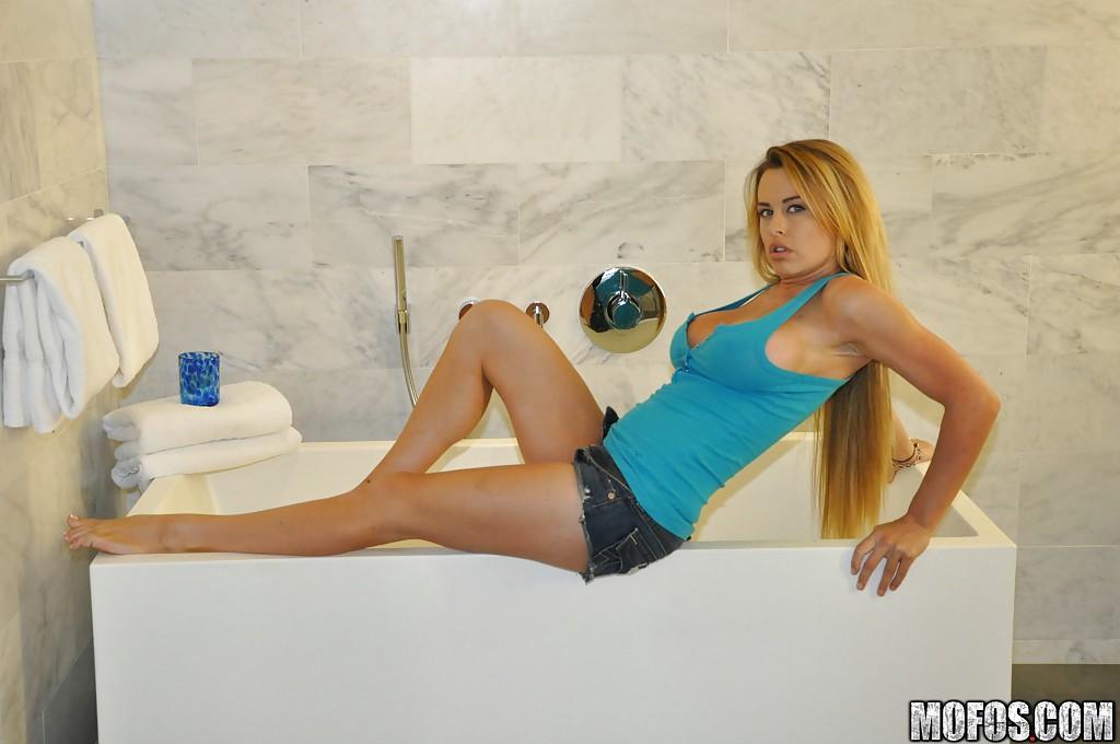 Corinna Blake в ванне поливает свое сексуальное тело молоком