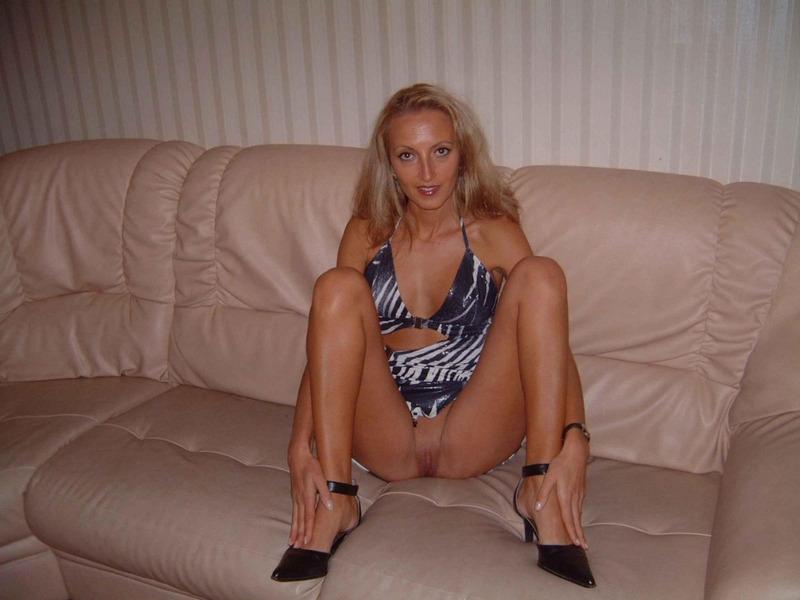 Очаровательная блонда разделась и сделала минет
