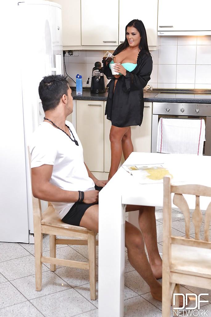 Горячая брюнетка Jasmine Black сосет парню на обеденном столе