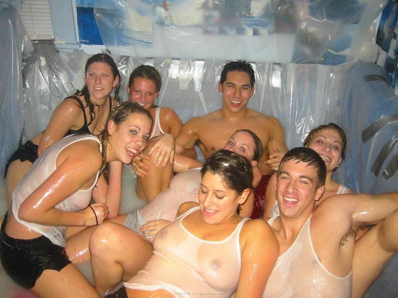 Сексапильный медсестры в мокрых майках