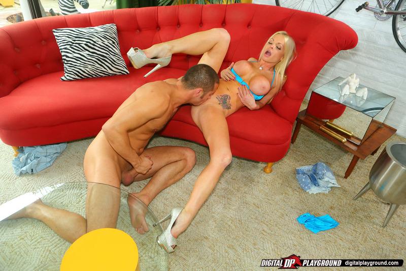Грудастая блондинка отдается партнеру на диване в разных позах
