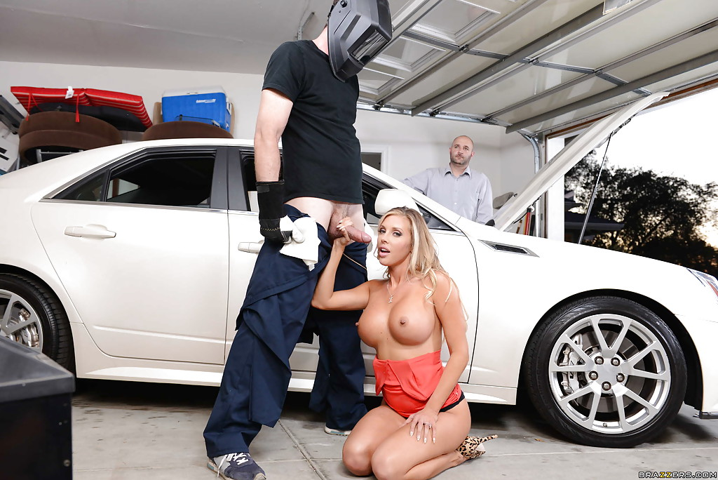 Красивая блондинка соблазнила работника автосервиса на секс