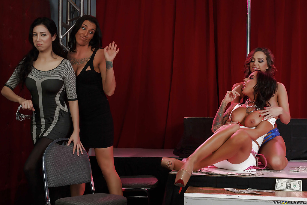 Abigail Mac и Brandy Aniston занимаются лесбийским сексом на сцене