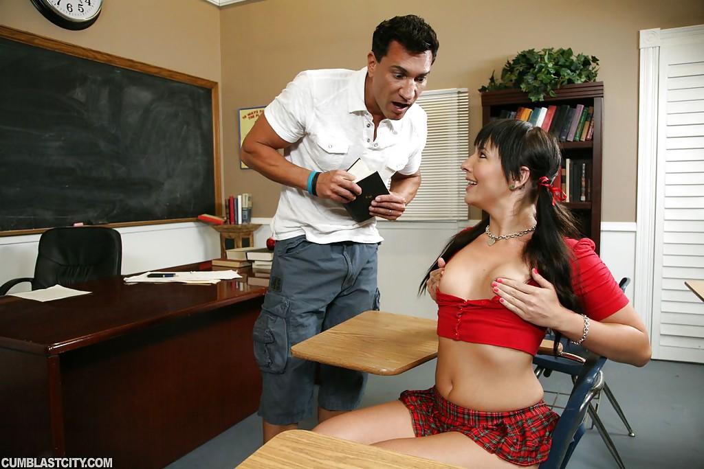 Препод отодрал студентку после занятия и кончил ей на лицо