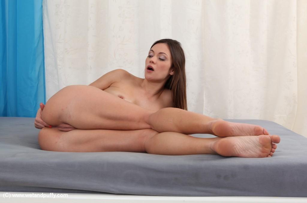 Сексапильная шалунья ласкает разработанные дырочки