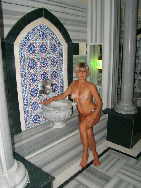 Эффектная дама любит показывать пикантные места